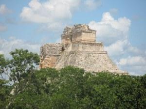 Uxmal: Pirámide maya del Adivino de planta ovalada  consagrada a Chaac dios de la lluvia
